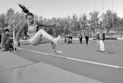 参赛同学正进行跳高比赛 本报记者 阚旋 摄
