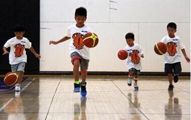 小孩子投入篮球运动有潜力.(美国《世界日报》/陈光立 摄)