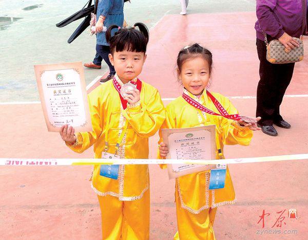 两名6岁小选手太极拳比赛获奖 (记者 孙庆辉 冉红政 图 )