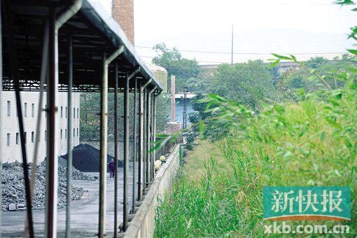 ■警方在监狱附近一废弃厂房边抓获李孟军。新快报记者曾泓/摄