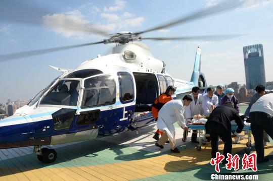 警航 摄 中新网上海10月3日电 (记者 陈静)上海警方3日在东海大道事故救援中出动了3架警用直升机,飞行5个架次,直接降落在高速公路上救援4人。其中两架直升机分别往返医院楼顶平台和事故现场2次,这在中国国内救援行动中尚属于首次。 警方告诉记者,如果用救护车从地面转送伤员,至少需要1.