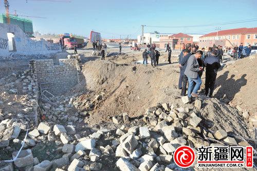 乌鲁木齐市西山一在建污水池塌陷 两人身亡