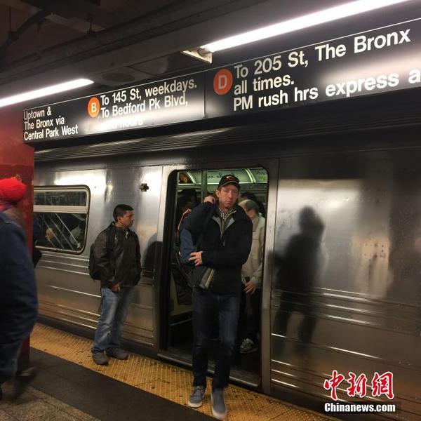 /16日,纽约61岁的华裔老人与妻子在地铁站台等车时,突然被人推...