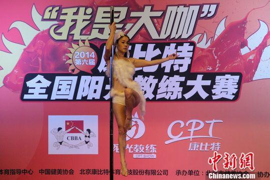 性感舞钢管展示高难度美女空中v性感引欢呼(图裤子怎么圣职沙滩性感获得者图片