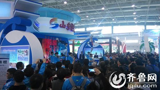 山东体育产业展台聚集超高人气。(齐鲁网记者 苏文亮 摄)
