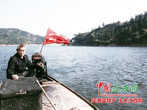 每天忙着输送游客到金鹅山庄的船老大