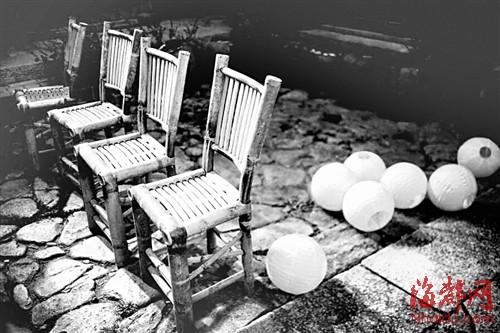 婚礼上使用的竹椅和手工制作的纸灯