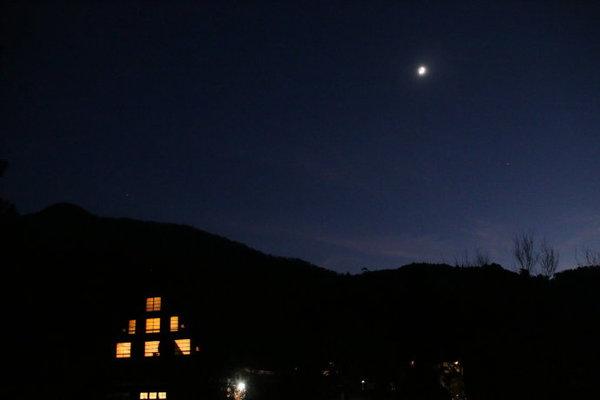 满天星星农村夜景-日本皇室御用的乡村旅馆是啥样 实在太简陋了图片