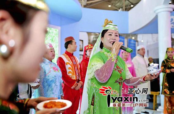 12月5日,乌鲁木齐市米东区展位上演员在表演回族歌舞。