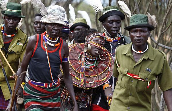 揭秘肯尼亚部落抢婚风俗:未成年少女含泪出嫁