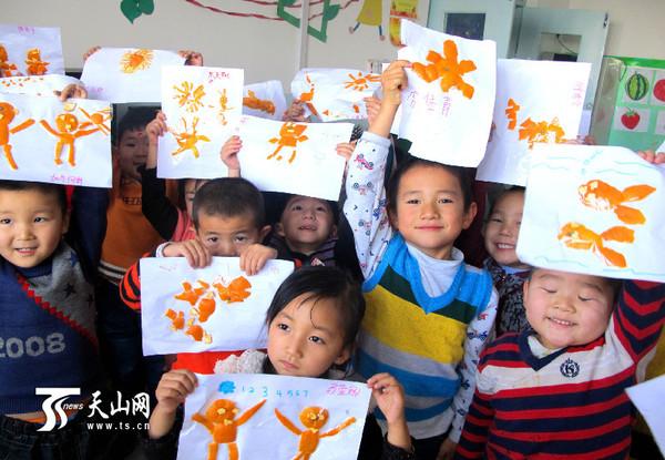 新疆裕民县幼儿园孩子的橘皮创意画