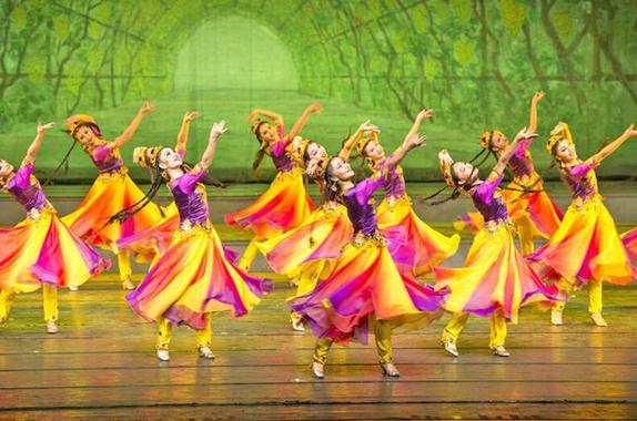 新疆艺术剧院歌舞团演员表演的舞蹈作品《摘葡萄》.(资料图片)