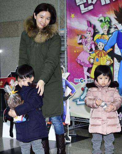 李英爱和一双儿女(1 /8张) 首尔23日,韩国女艺人李英爱与龙凤胎儿女来到首尔瑞草洞某艺术中心,观看了儿童舞台剧《闪电人》。俩萌娃长相清秀可爱似妈妈,引得记者狂拍。