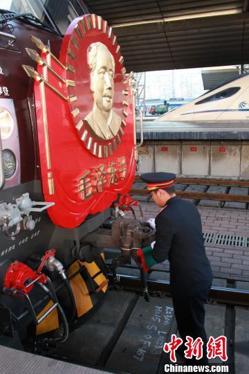 """""""毛泽东号""""机车乘务组人员为列车开行做准备。 李溢春摄"""