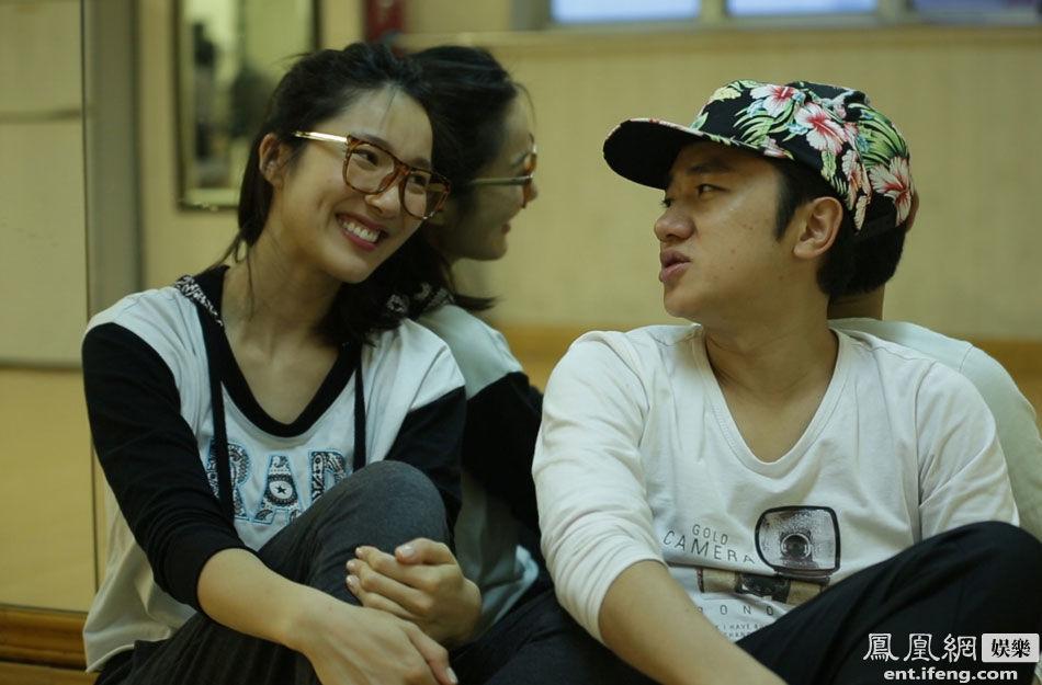 王祖蓝夫妇婚后首度同台 不惧身高差甜蜜热舞