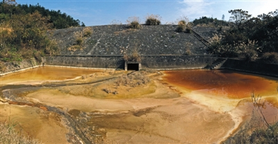 14年11月,湖南桃源县受铝厂污染的水呈红色并散发恶臭.新京报首