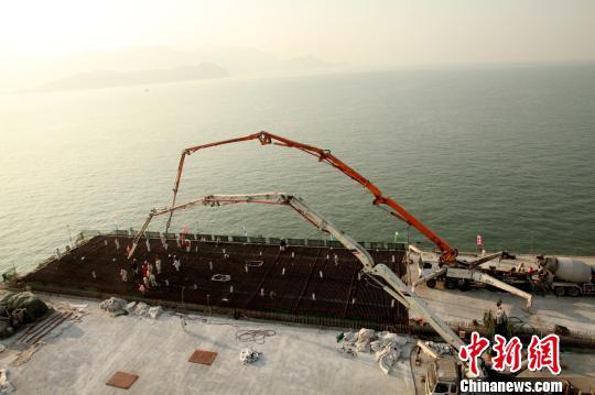 东人工岛非通航孔桥主体结构完美收官王国柱摄