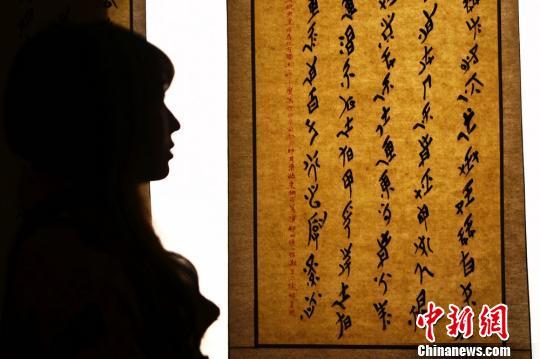 一位市民正在观看神秘的女书文字。 杨华峰 摄