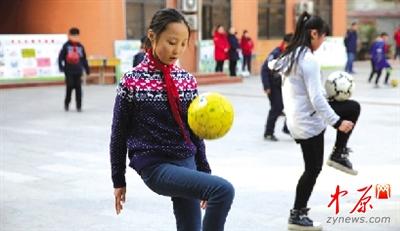 郑州要求50%区属小学开设学校课小学生课间第一洋浦足球图片