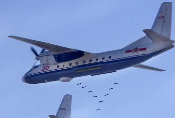 @军报记者:运-7(Y-7)飞机是中国西安飞机工业公司参照苏联安-24型飞机的基础上研制生产的双发涡轮螺旋桨中/短程运输机。目前仍有不少运-7运输机在解放军部队服役,其中一些被改造为轰炸机人员训练飞机。