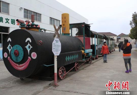 废弃油桶制作成景观小火车