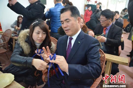 韩国客商学习竹编。 吕艳玲 摄