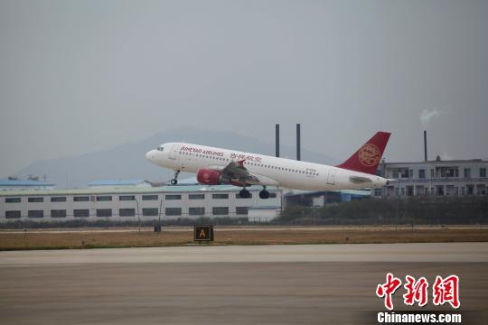 从惠州机场飞上海的吉祥航空公司的航班起飞 康孝娟 摄 中新网惠州2月5日电 (记者 康孝娟 宋秀杰)2月5日上午9时29日,一架搭载120名旅客、由上海飞来的HO1O11航班准时降落在广东惠州机场的跑道上,随后稳稳地停靠在02号停机位。这标志着经过改扩建后的惠州机场正式重启民航航线。 通航首日,首个从惠州机场出发的航班搭载着157名旅客于11时03分安全起飞。 据介绍,惠州机场1985年至2002年曾开通联航,期间先后开通过十几条航线,累计进出港航班12000多架次,进出港旅客100多万人次,为惠州市的