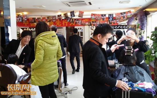 许多顾客选择烫发,换个时尚造型美美过新年。长城网 宿馨元 摄