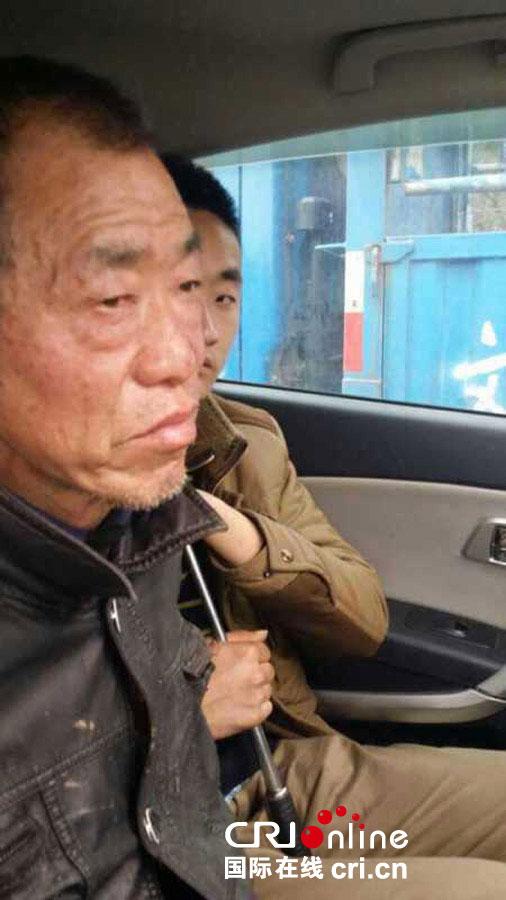2015年2月21日,湖南省雙峰縣永豐鎮愛心養老院發生惡性傷害事件犯罪嫌疑人羅仁初在湘鄉市中沙鎮被警察抓獲(手機拍攝)。圖片來源:王海迪/CFP