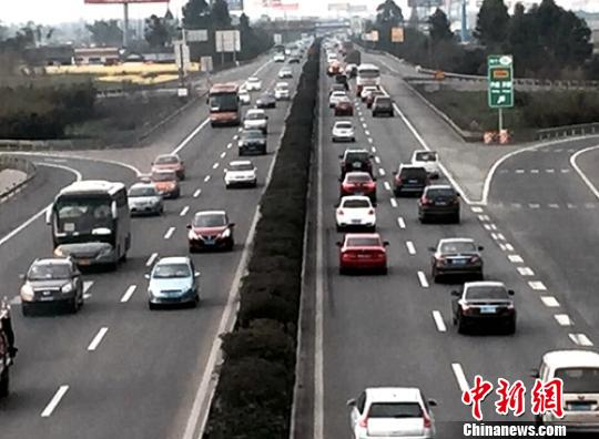 四川受大雾影响高速路已放行 车流量太大通行缓慢