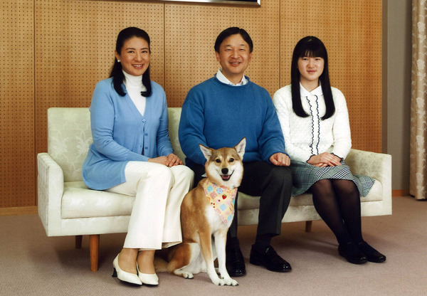 日本皇太子德仁(中)与妻子雅子(左)及长女爱子11日在住处研宫合照图片来自路透社