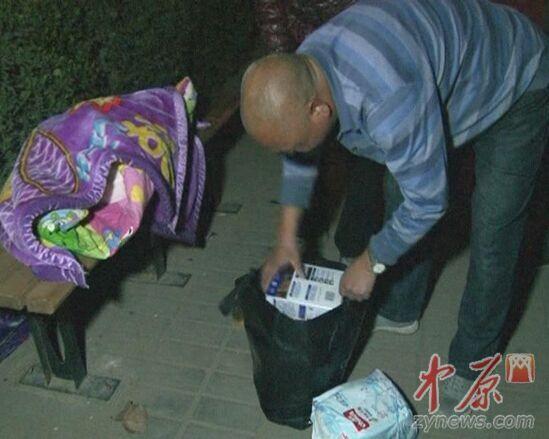 手提袋裡面有女嬰的衣服、奶粉、尿佈濕。