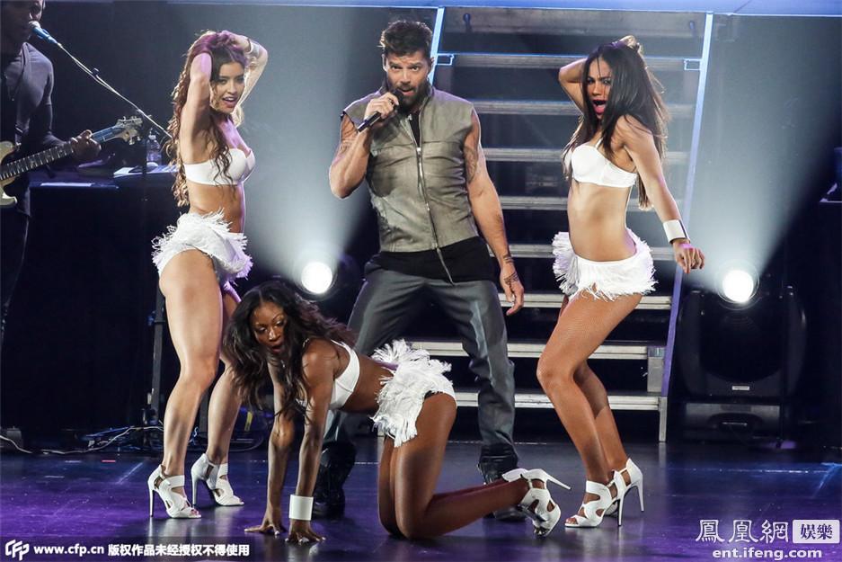 瑞奇 马丁私人流行音乐会激情开唱 与4美女贴