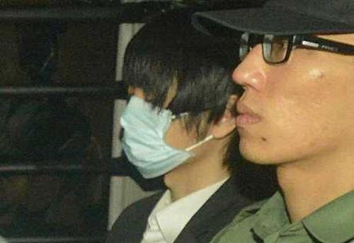 被告周某(左) 图:香港《星岛日报》网站