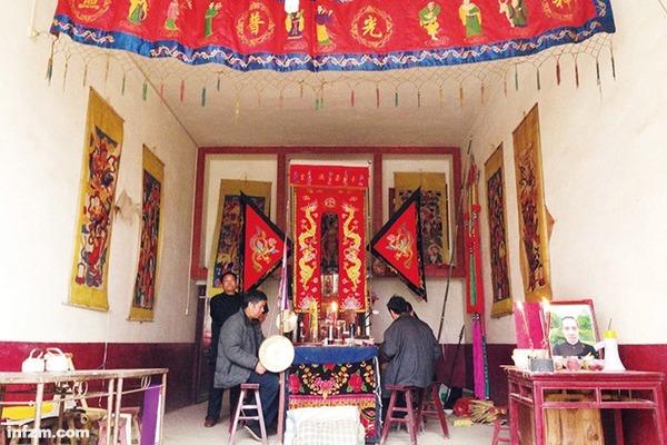 """王詩元(遇難者)的葬禮,是多年來全傢人聚得最齊的一次。女兒對縣政府的不滿超過瞭對羅仁初的,""""那也是個可憐人""""。 (南方周末記者 張雪彥/圖)"""
