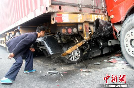 追尾事故现场轿车被挤入货车底部. 钟欣 摄