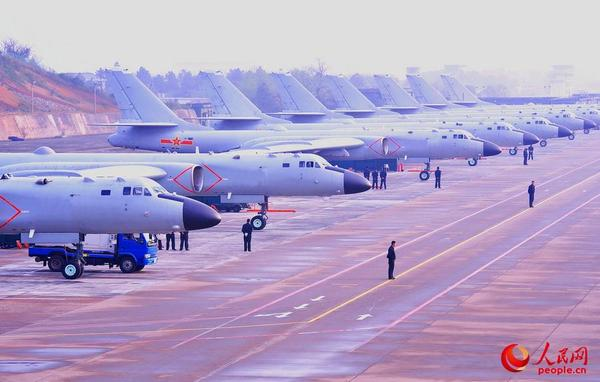 装备轰-6K轰炸机的空军航空兵某师,进行飞行训练准备。詹长远 摄(资料照片)