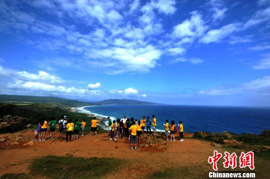 垦丁海天一色的美景,吸引大批游客前来游览.中新社发王东明摄-