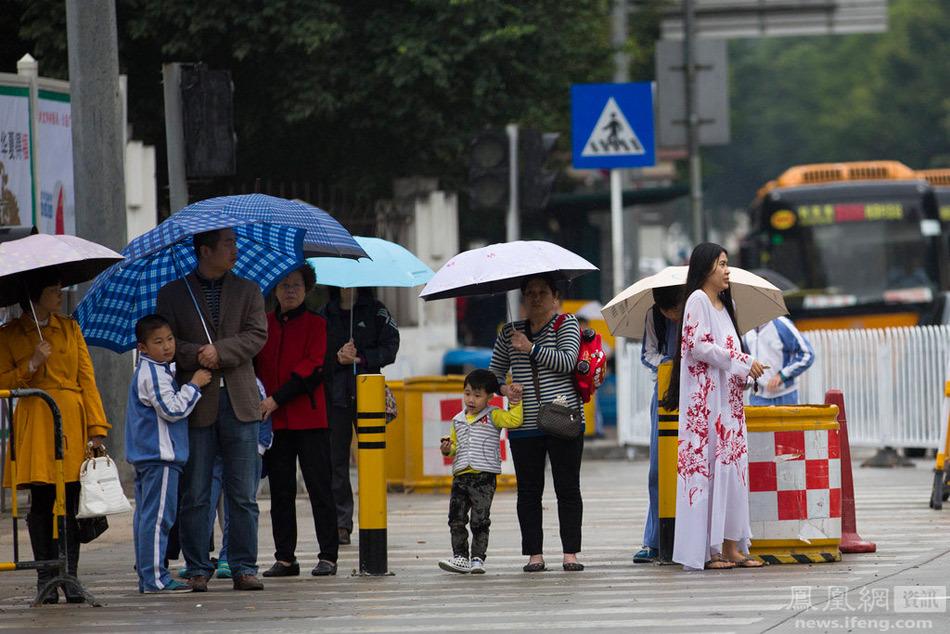 深圳开始了阴雨天气,平均温度降了10左右,犹如炎热的夏天重新回