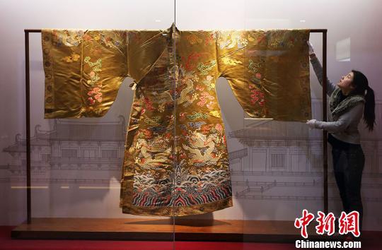 工作人员正在布置云锦展品-清·琉球王妆花缎龙袍(复制品)。泱波 摄