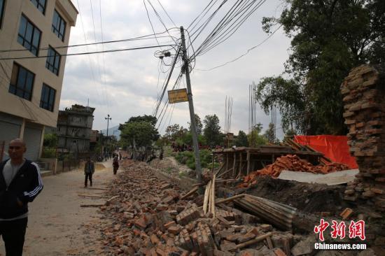 资料图:据中国地震台网正式测定:4月25日14时11分在尼泊尔(北纬28.2度,东经84.7度)发生8.1级地震,震源深度20千米。尼泊尔首都加德满都震感强烈。中新社发 符永康 摄