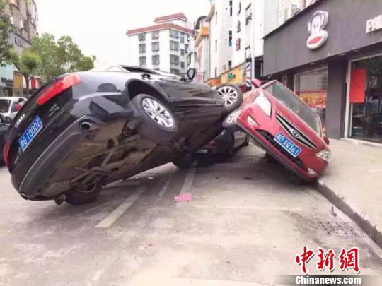 """义乌街头现三车""""叠罗汉"""" 网友摄"""