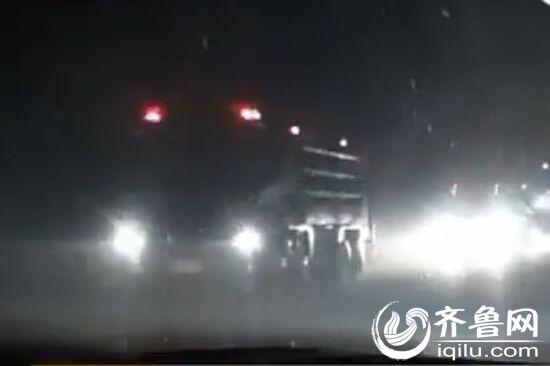 事故发生后,消防官兵共出动11个中队,32辆消防车。(视频截图)