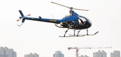 直升机在盘旋。 从四平到吉林市有多个空中管制区,要用拖车拉过去。 节后,飞机还要拉回去新文化记者王强摄