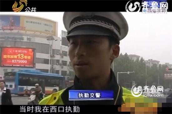 执勤交警向记者叙述事发经过(视频截图)