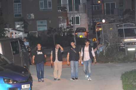 警方5月3日晚大举封锁莱洞村搜捕绑匪。来源:香港星岛日报网