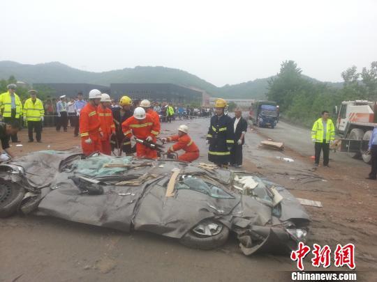 江西乐平大货车侧翻压扁小轿车 6人不幸遇难|货