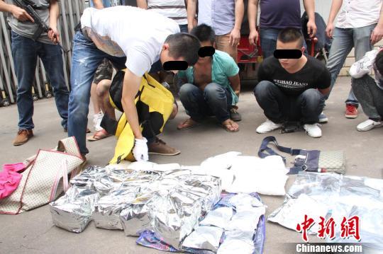 图为警方抓获犯罪嫌疑人,缴获新型毒品及枪弹等武器。 廖军摄