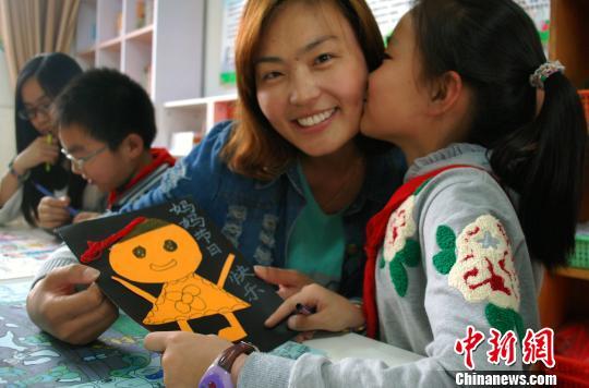 江苏镇江小学生绘贺卡做美食 暖心祝福送妈妈