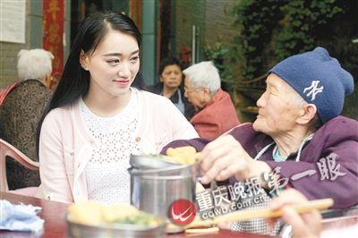 ?李茂穎陪高齡老人吃午飯